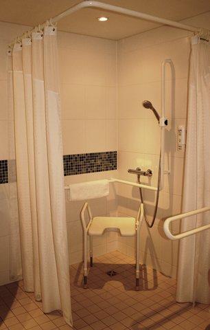 西柏林市中心快捷假日酒店 - Guest Bathroom with Shower- Wheelchair accessible