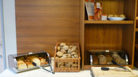 西柏林市中心快捷假日酒店 - Breakfast Bar - fresh breads