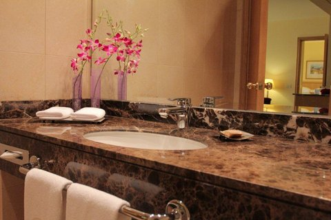 Gefinor Rotana Hotel - Club Rotana Suite Bathroom