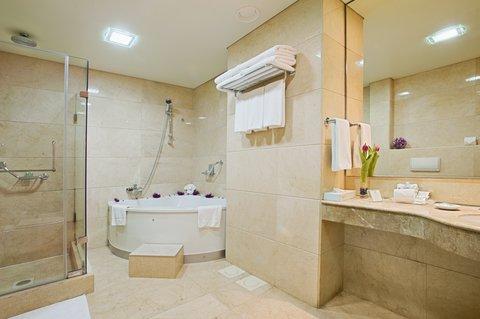 هوليداي إن ديونز - The spacious bathroom in our suites is like having your own Spa