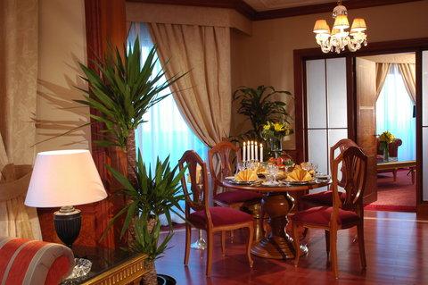 吉达洲际酒店 - Royal Suite living and dining room