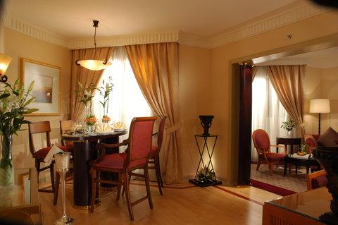吉达洲际酒店 - Diplomatic Suite dining and living rooms