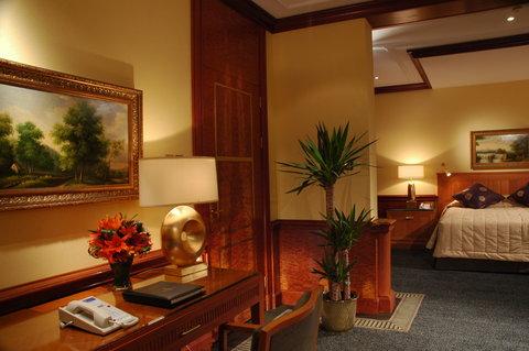 吉达洲际酒店 - Royal Suite master bedroom and desk