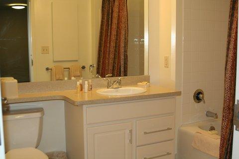Oakwood at Hartford 21 - Hartford Furnished Apartment Bathroom