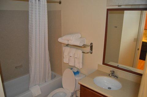 Candlewood Suites Fort Myers Sanibel Gateway Hotel - Guest Bathroom