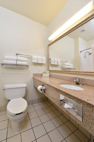 Holiday Inn Express Hotel & Suites Brownwood - Guest Bathroom