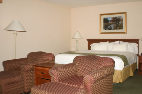 Holiday Inn Express Hotel & Suites Columbus Expo Center - Our whirl pool suite has bed  sitting area and a relaxing tub