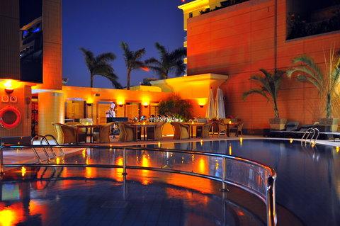 فندق هوليدي ان كريستال - Pool Garden