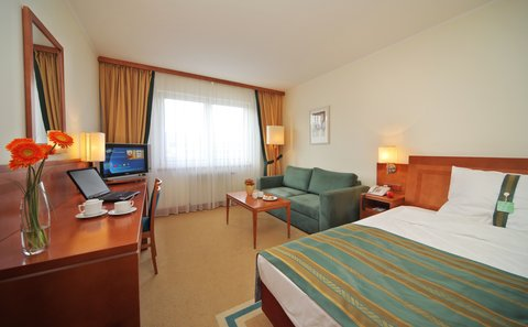 Holiday Inn BRNO - Single Bed Guest Room - Queen Bed with pull-out sofa bed