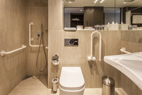 كراون بلازا جنيف - Disabled Guest Room Bathroom