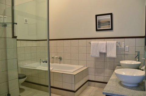 Shelley Point Hotel - Luxury Suite Bathroom