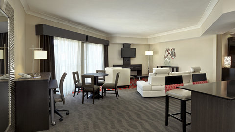 Fairfield Inn And Suites By Marriott Naples Hotel - Executive Suite Living Room with a Pool View
