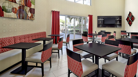 Fairfield Inn And Suites By Marriott Naples Hotel - Breakfast Lounge overlooking Pool