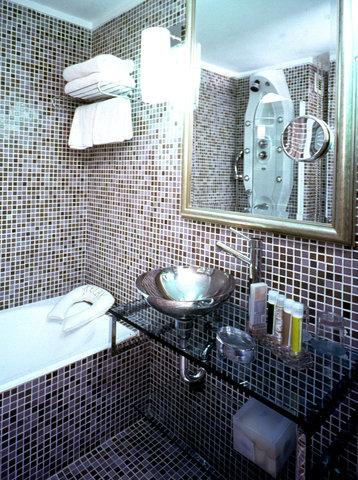St George Lycabettus Hotel - Courtyard Atrium Bathroom