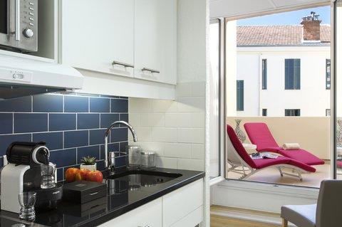卡諾戛納馨樂庭酒店 - Kitchen of 1-bedroom Deluxe apartment  Citadines Croisette Cannes