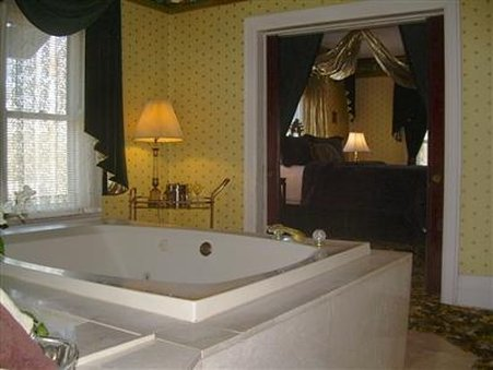 The Mansion Bed and Breakfast - Bathroom