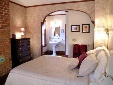 Admiral Peary Inn - Guest Room
