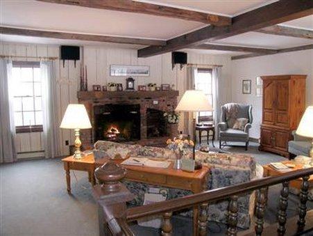 Admiral Peary Inn - Living Room