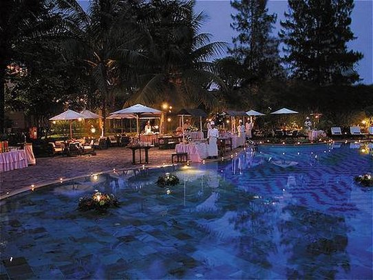 Crowne Plaza Hotel Jakarta 游泳池视图