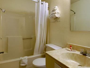 Super 8 Hartford - Bathroom