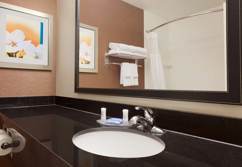Fairfield Inn Longview Hotel - Guest Bathroom