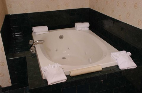 DoubleTree by Hilton Bloomington - Guest Suite Whirlpool