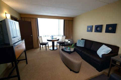 DoubleTree by Hilton Chicago - Arlington Heights - Deluxe Suite Living Area