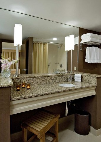DoubleTree by Hilton Chicago - Arlington Heights - Bathroom with Crabtree   Evelyn Citron products