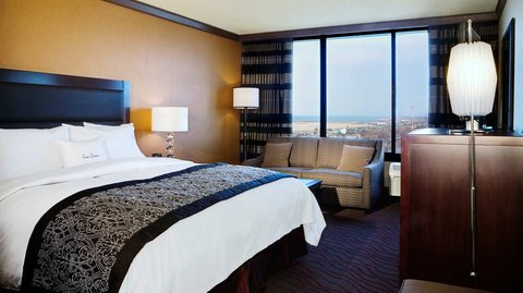 DoubleTree by Hilton Cleveland Downtown - Lakeside - Guestroom with King Bed