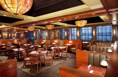 Hilton Garden Inn Dubuque Downtown - Houlihan s Restaurant