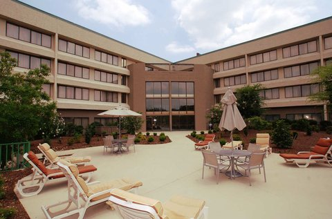 DoubleTree by Hilton Fayetteville - Outdoor Courtyard