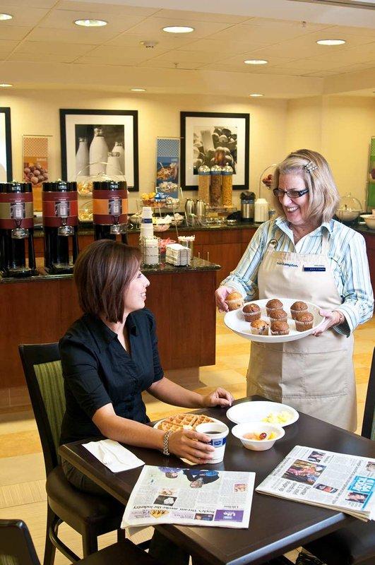Hampton Inn & Suites Mt. Vernon / Belvoir - Alexandria South Area Gastronomia