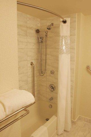 Hampton Inn by Hilton Toronto Airport Corporate Centre - Bathroom
