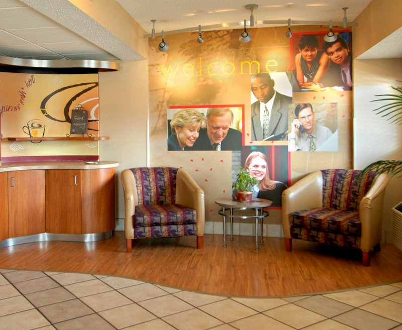 Red Roof Inn Syracuse offers air-conditioned accommodations with blackout drapes/curtains. Flat-screen televisions come with premium cable channels and pay movies. Bathrooms include shower/tub combinations. Guests can surf the web using the complimentary wireless Internet access/5(19).