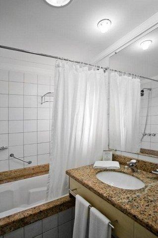 Jurere Beach Village Hotel - Suite And Studios Bathroom