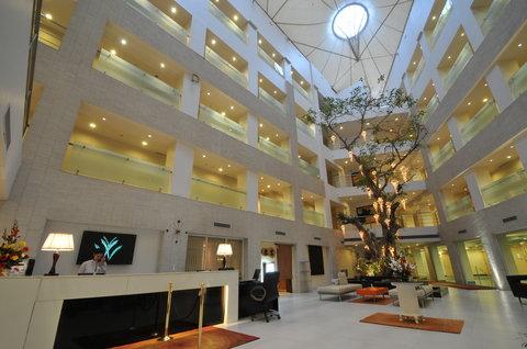 Avalon Courtyard - Lobby