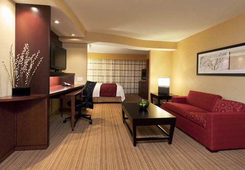 Courtyard Albany Thruway - King Suite Living Area