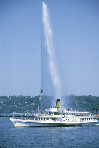 Ramada Encore Geneva - The  Jet d Eau  with a historical boat