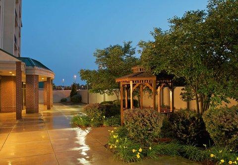 Courtyard Bloomington - Outdoor Courtyard