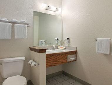 Santa Cruz Beach Inn - Bathroom