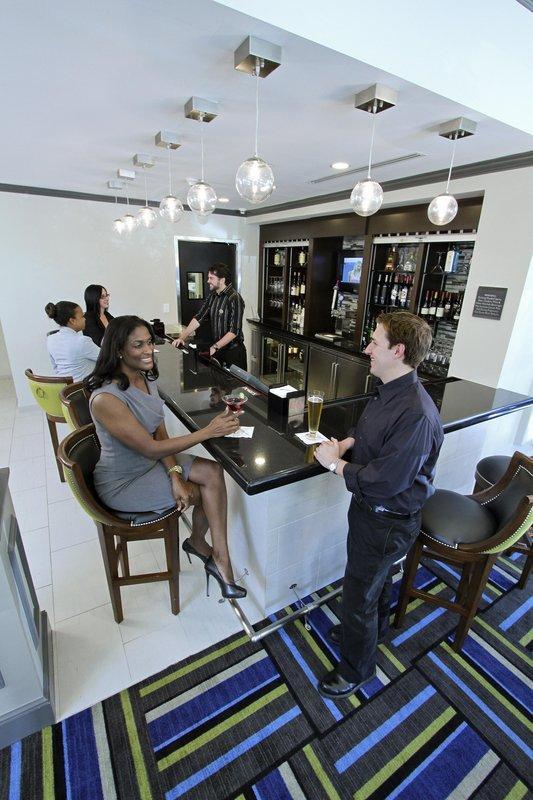Hilton Garden Inn Westbury Bar/lounge