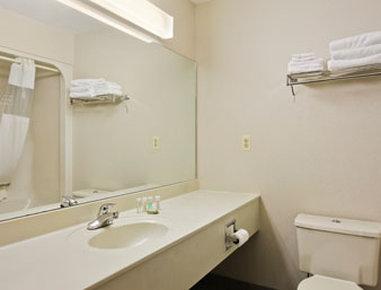 Super 8 Marysville/Port Huron Area - Bathroom