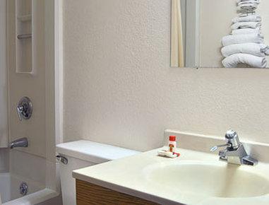 Super 8 Anderson/Clemson Area - Bathroom