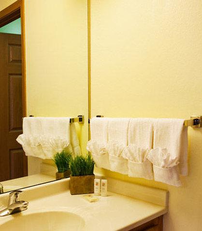 TownePlace Suites Detroit Dearborn - Suite Bathroom