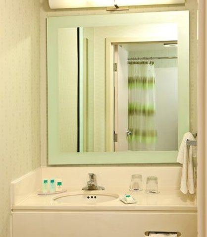 SpringHill Suites Anchorage Midtown - Guest Bathroom