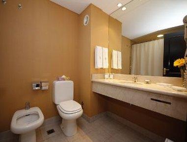 Howard Johnson Plaza Florida Hotel - Guest Bathroom