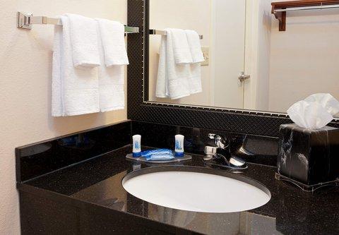 Fairfield Inn Bloomington - Guest Bathroom