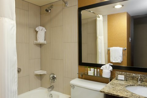 DoubleTree by Hilton Cleveland Downtown - Lakeside - Guest Bathroom