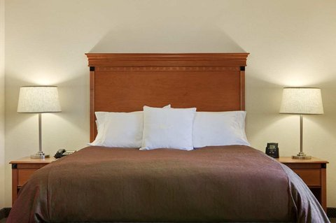 Homewood Suites by Hilton CincinnatiMilford - Queen Studio Suite Bed