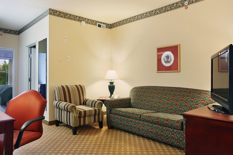 Country Inn and Suites Columbus Airport East - Living Area